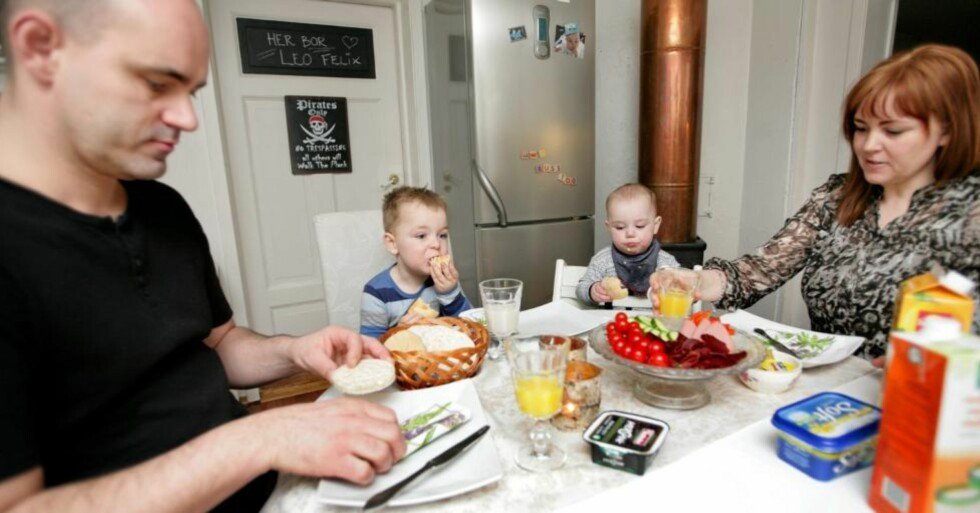 ET ROLIG MÅLTID: Det var ikke vanlig før Leo begynte på diett. Pappa Tore, Leo, lillebror Liam og mamma Renate koser seg ved frokostbordet. FOTO: Anne Elisabeth Næss
