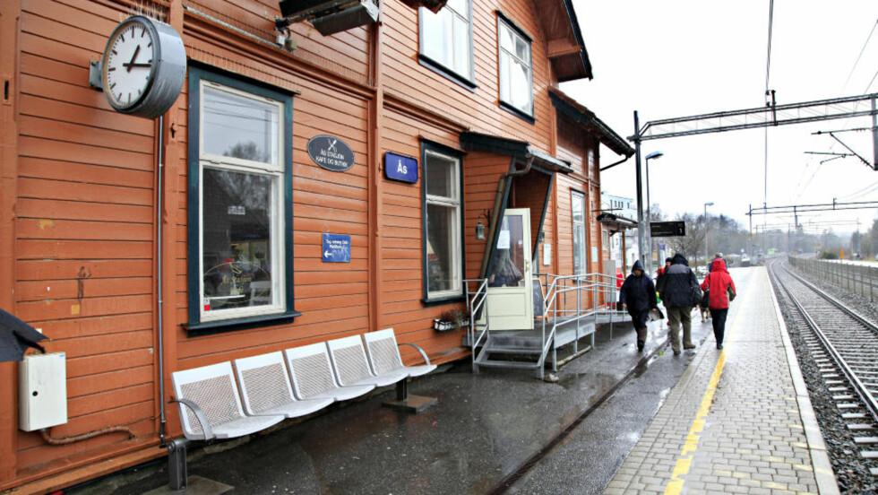 SKUTT VED TOGSTASJONEN: Lokalpolitikeren ble skutt i ryggen like ved Ås jernbanestasjon forrige onsdag. Foto Jacques Hvistendahl