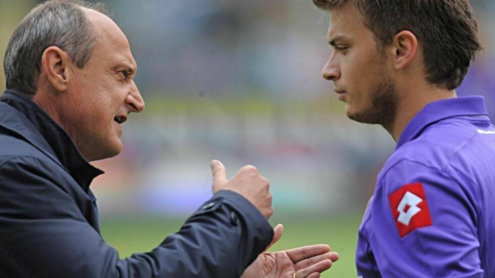 MÅTTE TREKKES UNNA: Fiorentina-trener Delio Rossi gikk helt berserk mot Adem Ljajic under kveldens kamp.Foto: SCANPIX/EPA/MAURIZIO DEGL'INNOCENTI
