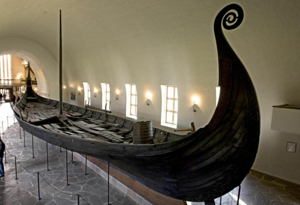 FLYTTES IKKE: Vikingskipene blir stående på Bygdøy. På bildet ser vi Osebergskipet. Foto: Bjørn Sigurdsøn/NTB Scanpix