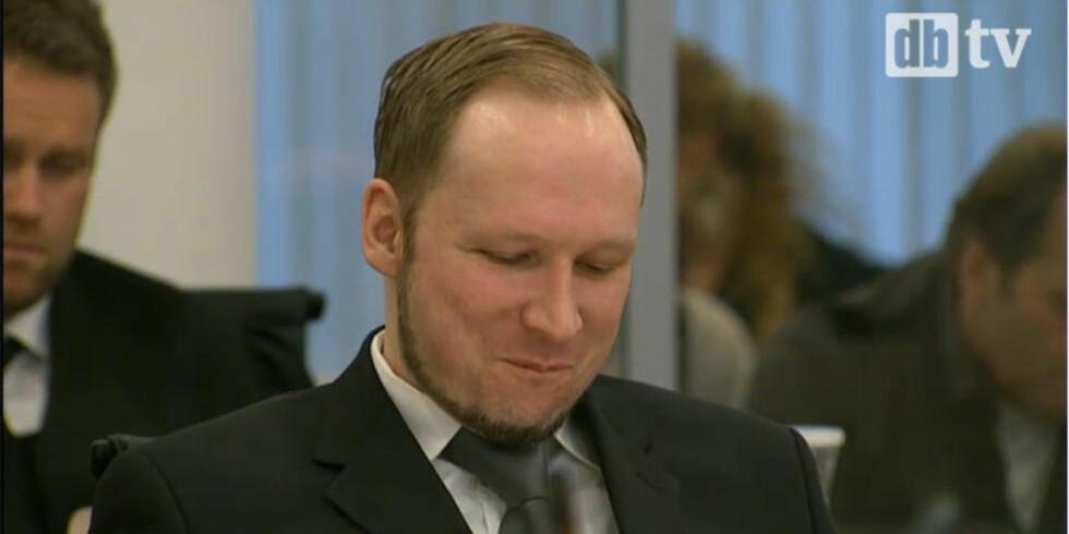 HUMRET FOR SEG SELV: Anders Behring Breivik klarte ikke å holde maska da Kripos forklarte om hans våpenbruk på Utøya. Foto: DBTV