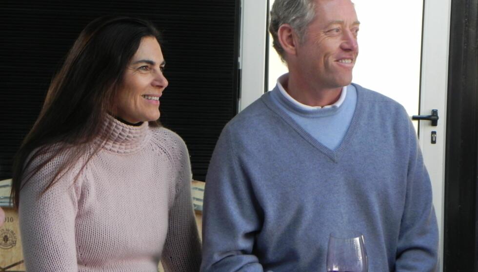 EVENTYRER OG VINBONDE: Alexander Viks kone Carrie Vik har ved enkelte anledninger vært offentlig synlig, som her på vingården hun driver sammen med ektemannen Alexander (t.h) i Chile. Faren, hotellmannen Erik Martin Vik, skyr derimot offentligheten. Foto: Prensa Vik.