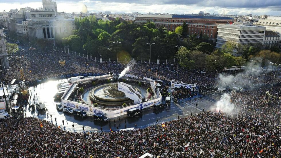 FOLKSOMT: Real Madrids åpne buss kjører inn på Cibeles-plassen i sentrum av Madrid. Feiringen av det første ligagullet siden 2008 feires av titusener i kveld. Foto: SCANPIX/AFP/ JAVIER SORIANO