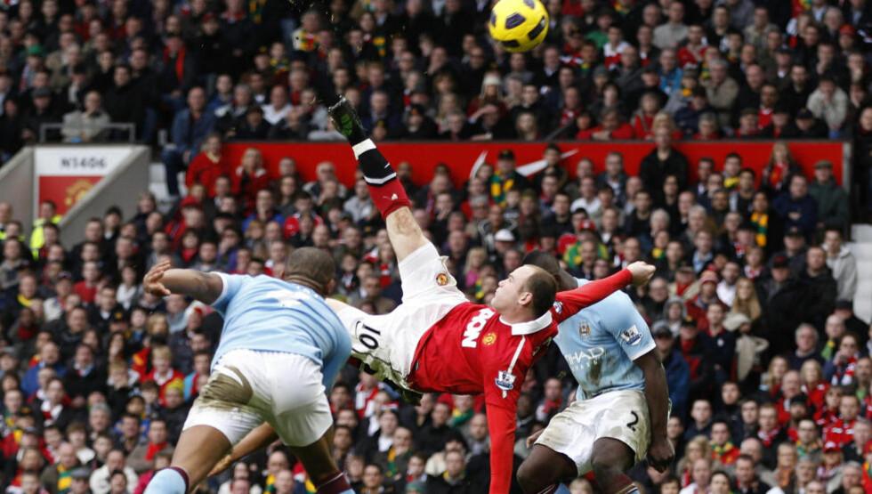 SUPERSCORING: Wayne Rooney timet opphoppet mellom Vincent Kompany og Micah Richards perfekt, før han på akrobatisk vis hamret ballen opp Joe Harts lengste kryss. Foto: SCANPIX/REUTERS/Darren Staples
