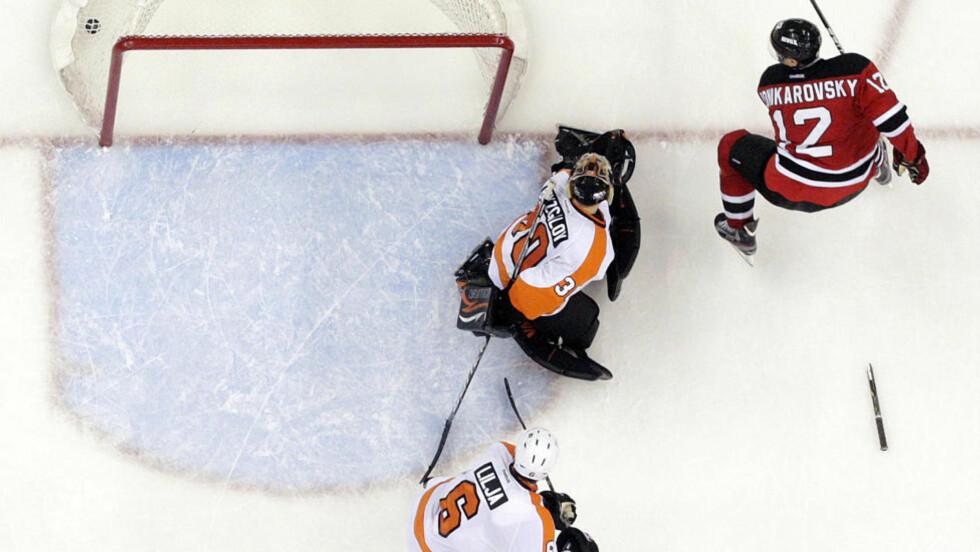 AVGJORDE: Oleksij Ponikarovskij satte inn det avgjørende 4-3-målet etter 17 minutters ekstratid mot Flyers. New Jersey Devils leder nå 2-1 i kamper. Foto:  (AP Photo/Julio Cortez)