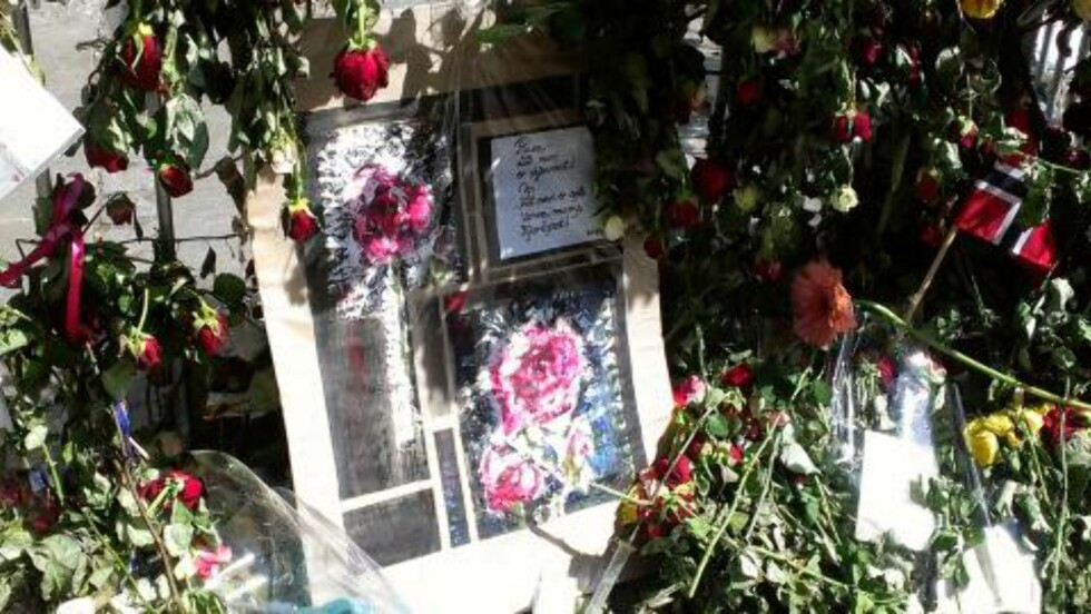 KORT OG HILSENER: I går lå det flere kort og hilsener til ofrene etter 22.juli utenfor Oslo tinghus. FOTO: ESPEN SANDLI