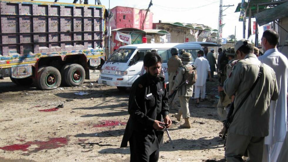 SELVMORDSBOMBER:  Angrepet skjedde på et travelt marked i Khar i Bajaur-distriktet, og minst fem politimenn ble drept, opplyser en lokal tjenestemann. Foto: HISBANULLAH / AFP PHOTO