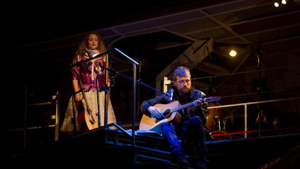 NYE JAKTMARKER: Damon Albarn framfører operaen «Dr Dee» i Manchester i fjor sommer, her med Victoria Cooper til venstre. Stykket er basert på den mytiske Dr John Dee, som var dronning Elisabeth I's medisinske rådgiver. Foto: Jon Super/AP/NTB Scanpix
