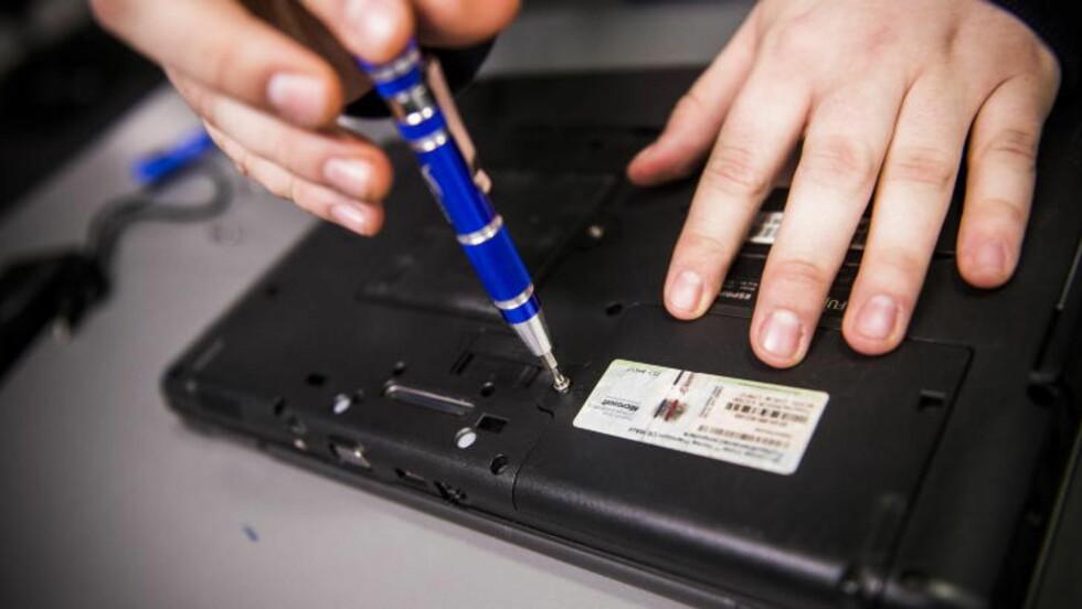 SKRU OPP:  På vår PC måtte vi skru løs ei skrue på undersida av maskina for å få tilgang til harddisken. Husk at dette kan være annerledes på din PC. Foto: Håkon Eikesdal