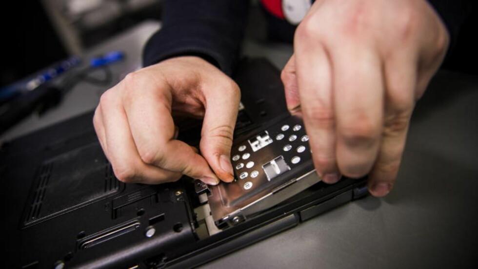 TA UT:  Harddisken som satt i PC-en tar vi ut. Her er det greit å legge merke til hvordan den satt festet inne i maskinen for så å sette den nye harddisken inn på samme måte. Husk at dette kan være annerledes på din PC. Foto: Håkon Eikesdal