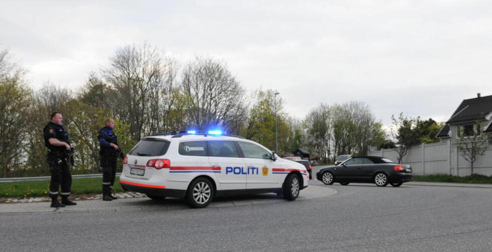 AKSJON: Bevæpnet politi lette etter to personer fredag etter at en person ble truet med våpen i Larvik. Foto: Lasse Ljung/Nyhetsfoto
