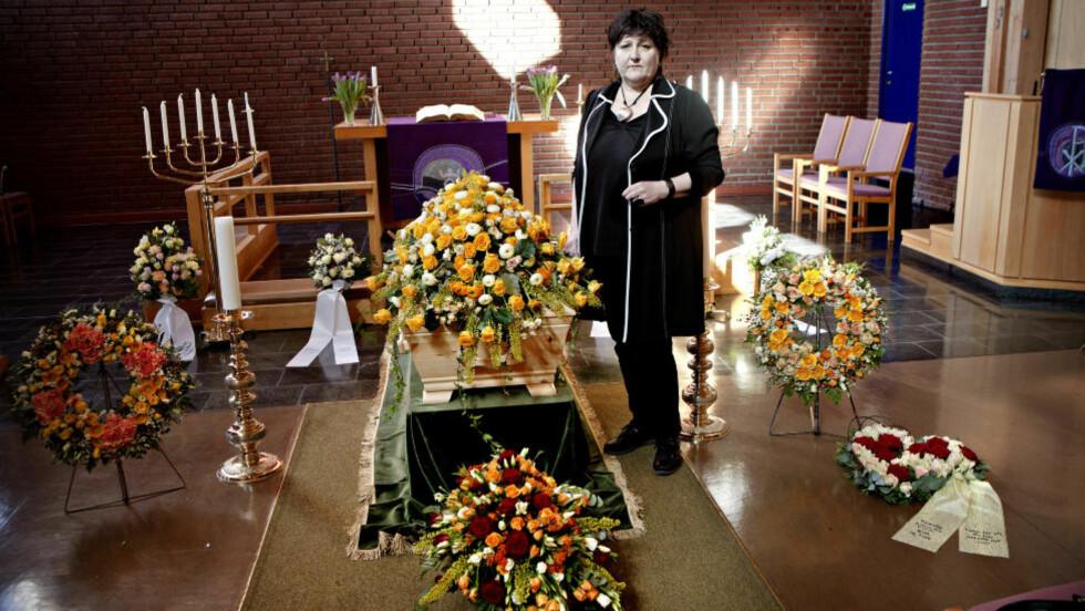 TAR OPPGJØRET:  Allerede tre timer etter at moren døde, varslet Anne B. Ragde bydelsansvarlige på Stovner i Oslo at hun kom til å ta opp sviktende omsorg. Her er forfatteren ved kisten til Birte Solvej Ragde før begravelsesseremonien i Fossum kirke 3. april. FOTO: LARS EIVIND BONES/DAGBLADET.
