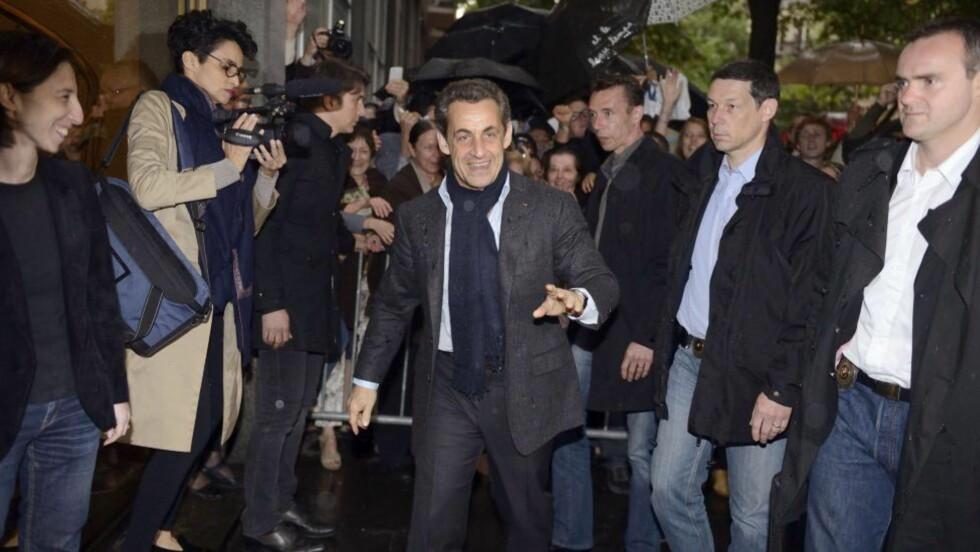 HAR TROEN: Frankrikes president Nicolas Sarkozy har troen på at han kan bli gjenvalgt. Her ankommer han sitt kampanjehovedkvarter i Paris for en siste finpuss med sin stab. Foto: Eric Feferberg/AFP/NTBscanpix
