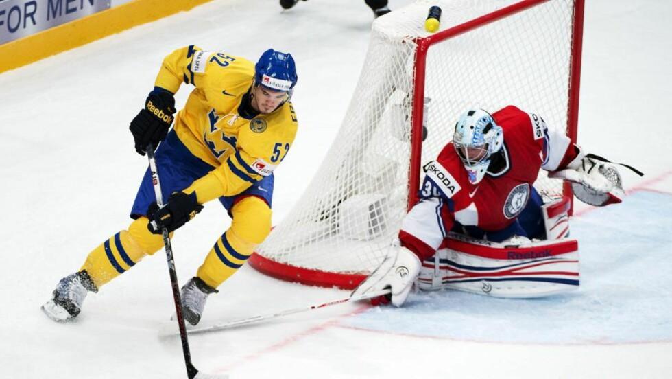 BENKES: Lars Haugen spilte en god kamp mot Sverige fredag til tross for 1-3-tapet, men på grunn av et tett kampprogram har den norske landslagsledelsen valgt å spare på Haugen. Foto: SCANPIX/AFP/JONATHAN NACKSTRAND