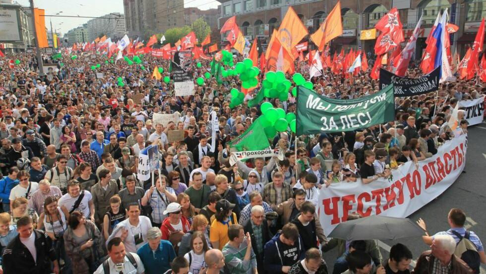DEMONSTRASJON MOT PUTIN: Titusenvis av demonstranter samlet seg i gatene og demonstrerte mot Russlands nyvalgte president Vladimir Putin. Foto: SERGEI CHIRIKOV / EPA / SCANPIX