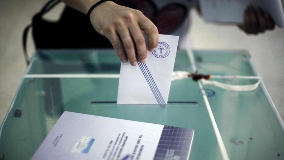 TAPER VELGERE: De største partiene i Hellas mister velgere. På bildet avgir en dame sin stemme i Athen 6. mai. Foto: Angelos Tzortzinis / AFP PHOTO / SCANPIX