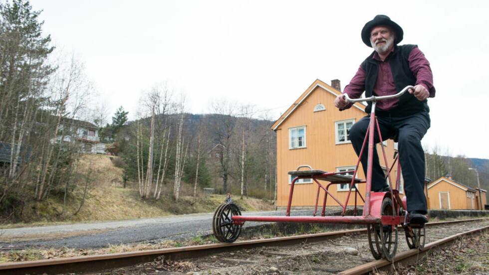 DRESIN-TUR: Fra midten av mai og fram til snøen kommer, kan du ta pedalene fatt med dresin på den gamle skinnegangen til Numedalsbanen hos Paul-Tore Halvorsen og kona Gunnbjørg på Veggli. Foto: ROGER BRENDHAGEN