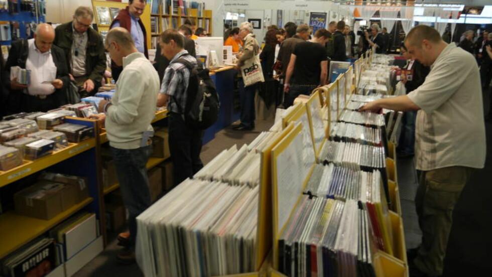 ANALOG: Vinyl selger som varmt hvertebrød på Europas største hi-fi-messe. Men som man ser, er det fortsatt noen som handler cd.