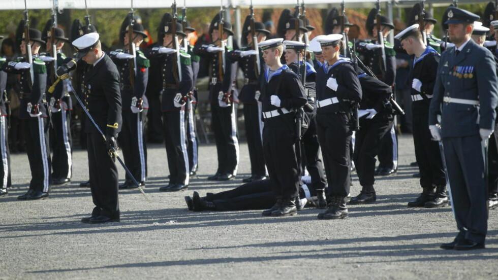 GIKK I BAKKEN:  En menig i Sjøforsvaret besvimte under seremonien ved nasjonalmonumentet på Akershus festning i dag.  Foto: Kyrre Lien / SCANPIX