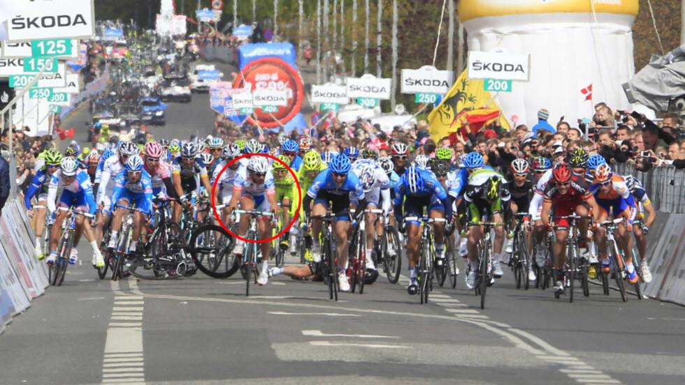 VIL BLI MOBBET: Roberto Ferrari (markert med rød ring) har akkurat sendt Mark Cavendish i bakken. TV 2-ekspert Mads Kaggestad tror italieneren går tøffe dager i møtet om han får fortsette i Giro d'Italia.  Foto: Luk Benies, AFP / NTB scanpix