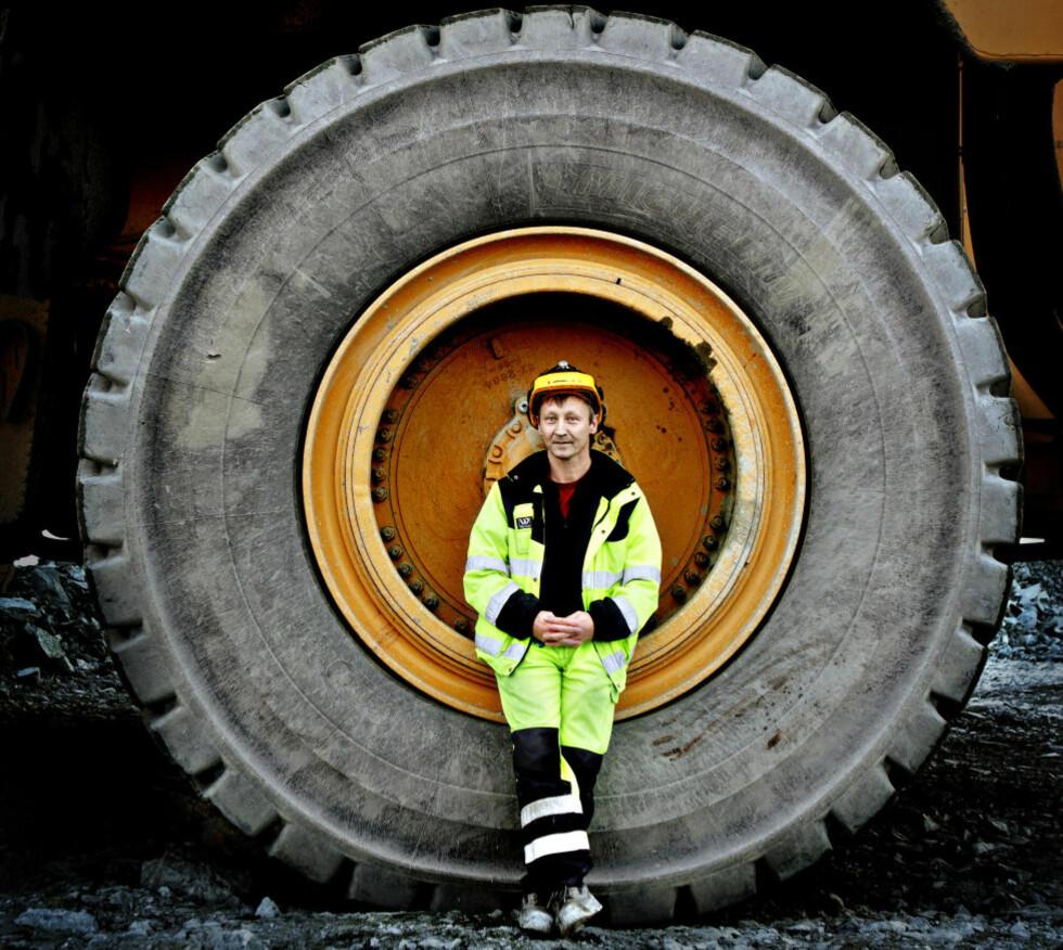 HJUL MED DIN GLEDE: Hjul som får hverdagen og livene våre til å gå: her ser vi Stig Amundsen fra Sydvaranger Gruve fra omslagsbildet til boka «Min Buick er lastet med». Foto: Lars Eivind Bones