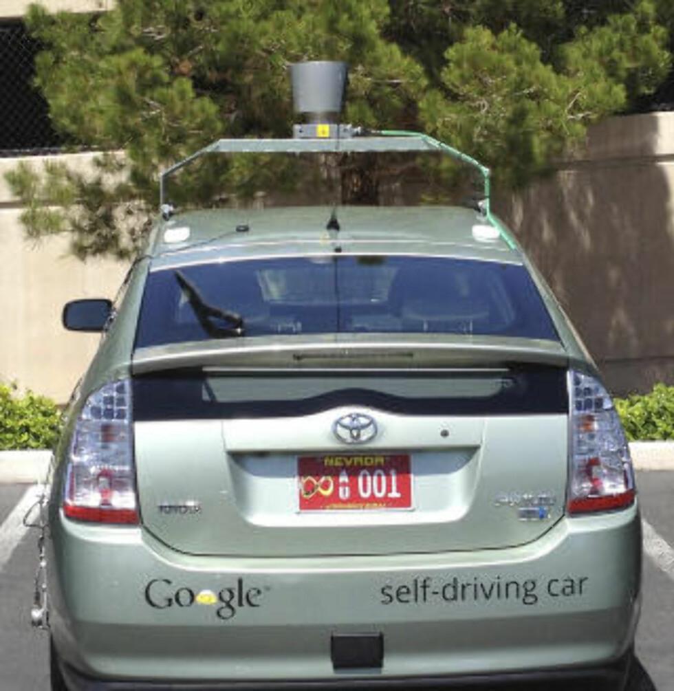 FIKK LISENS I NEVADA: Lisensen til Google's førerløse bil ble gitt i Nevada. På bilskiltet er symbolet for «uendelig» og tallene 001. Foto: GOOGLE / EPA / SCANPIX