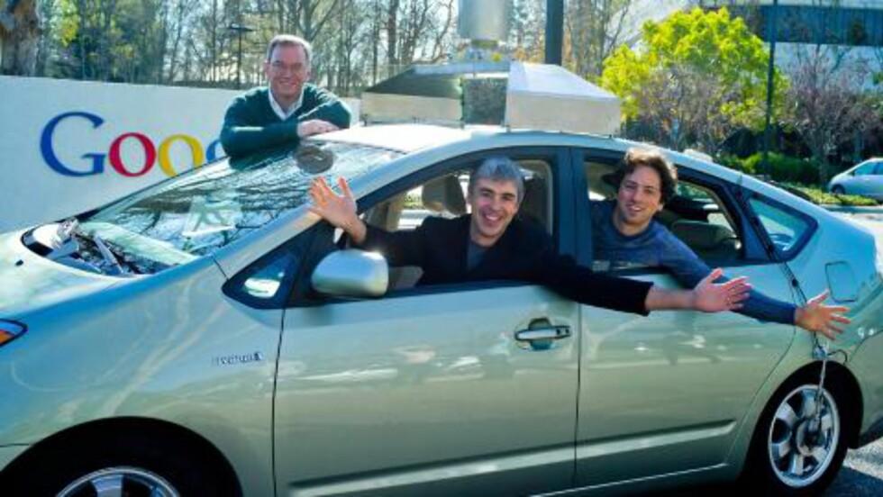 DRØMMEN OPPFYLT: Fra venstre: Google's styreformann Dr. Eric Schmidt, direktør Larry Page og medeier Sergey Brin sitter her i Google's førerløse bil, en modifisert Toyota Prius. Foto: GOOGLE / EPA / SCANPIX