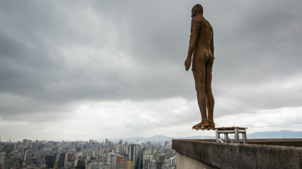 BALANSERER: Politiet har mottatt flere bekymrede telefoner angående disse statuene. Folk tror de er potensielle selvmordskandidater. Foto: AFP PHOTO/YASUYOSHI CHIBA/NTB SCANPIX