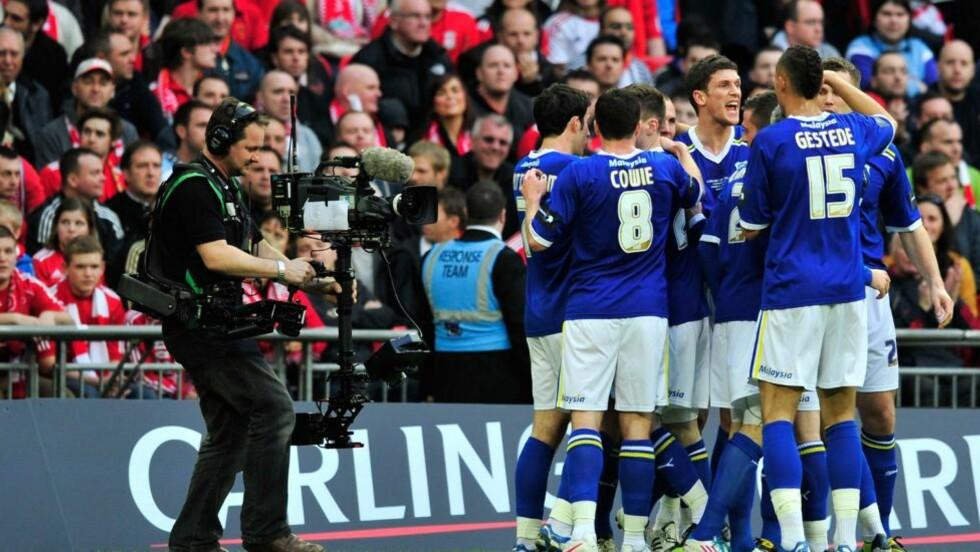 KAN FÅ RØDE DRAKTER: Cardiff-eier Vincent Tan ønsker å bytte farge på laget drakter. Han mener rødt bringer mer lykke. Foto:  AFP PHOTO/GLYN KIRK