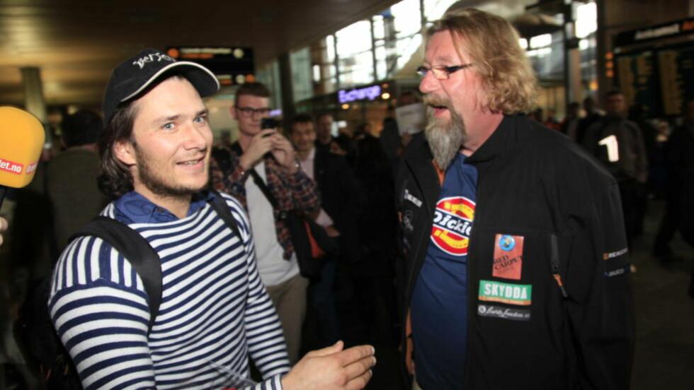 I GAMLELANDET: Jarle Andhøy ble møtt av Rune «Supern» Olsgaard på Gardermoen. Andhøy er tilbake etter en månedslang søk etter Berserk som forsvant i Antarktis. Foto: Jacques Hvistendahl