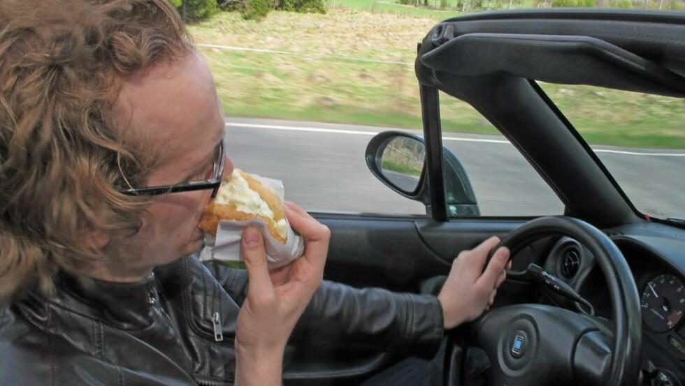 PØLSE I BIL: En urnorsk tradisjon, som dessverre gjør oss til farligere bilførere. Foto: Geir Svardal