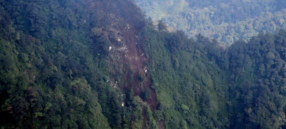 VRAKRESTER: Det er blitt funnet vrakrester etter det savnede flyet som forsvant sporløst i et fjellområdet i Indonesia onsdag. Flyet var et framvisningsfly av typen Sukhoj Superjet 100, og 46 personer var ombord. Foto: AFP PHOTO / SCANPIX