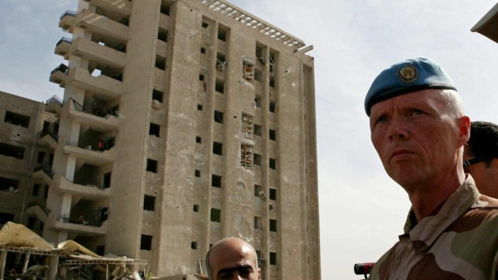 PÅ ÅSTEDET: Den norske generalmajoren Robert Mood, leder for FN-observatørene i Syria, på åstedet for de to bombeeksplosjonene i Damaskus i morgentimene i dag, som skal ha skadet og drept et titalls mennesker. Foto: Louai Beshara / AFP / NTB scanpix