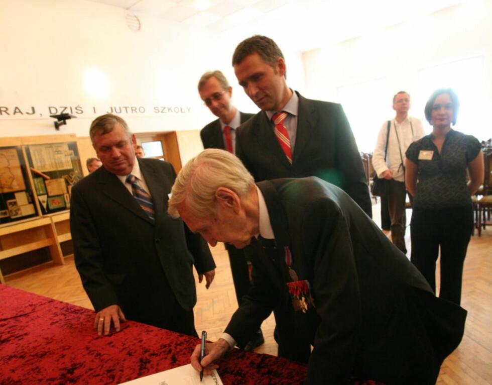 HELT: Gunnar Sønsteby under besøk i Polen med statsminister Jens Stoltenberg i juni 2007. Foto: Asbjørn Svarstad / Dagbladet