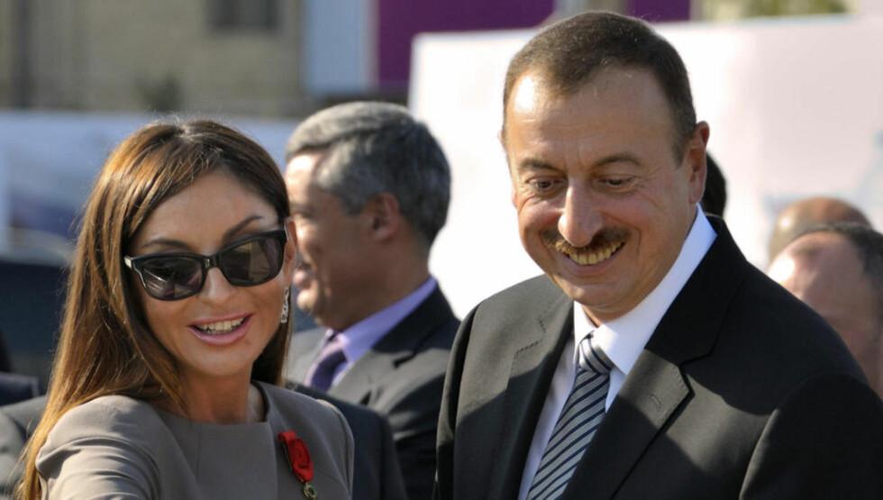 SKINNET BEDRAR: President Ilham Aliyev og kona Mehriban Aliyeva. «Den glamorøse familien representerer en jernneve med silkehansker,» skriver kronikkforfatteren. Foto: Philippe Wojazer/AFP/NTB scanpix