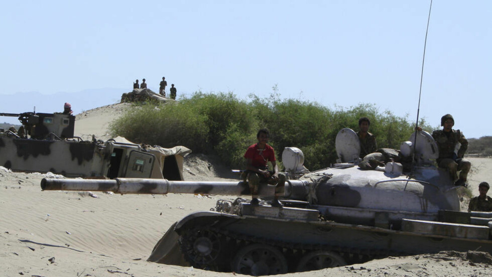 VED FRONTEN: Jemenittiske soldater sitter på en stridsvogn utenfor byen Zinjibar i Sør-Jemen, der harde kamper mellom myndighetene og det som skal være al-Qaida-grupperinger har funnet sted de siste ukene. Nå trapper Obama-administrasjonen opp den militære støtten, og sender inn spesialsoldater som skal gi råd til den jemenittiske hæren. Foto: REUTERS/Det jemenittiske forsvarsdepartementet/NTB Scanpix
