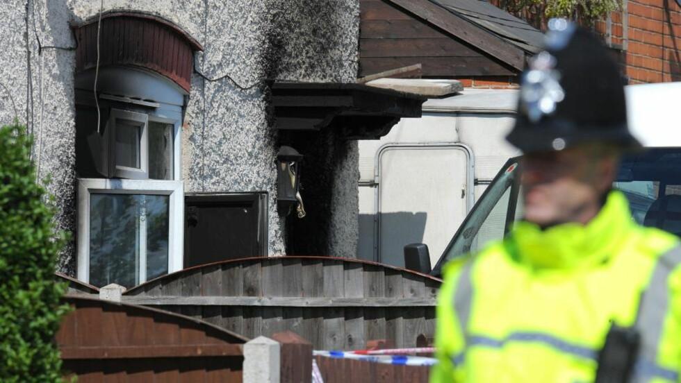 TROLIG MORDBRANN: Fem barn døde da dette huset i Derby i Storbritannia sto i brann i går. Foto: ANDREW YATES / AFP / NTB SCANPIX