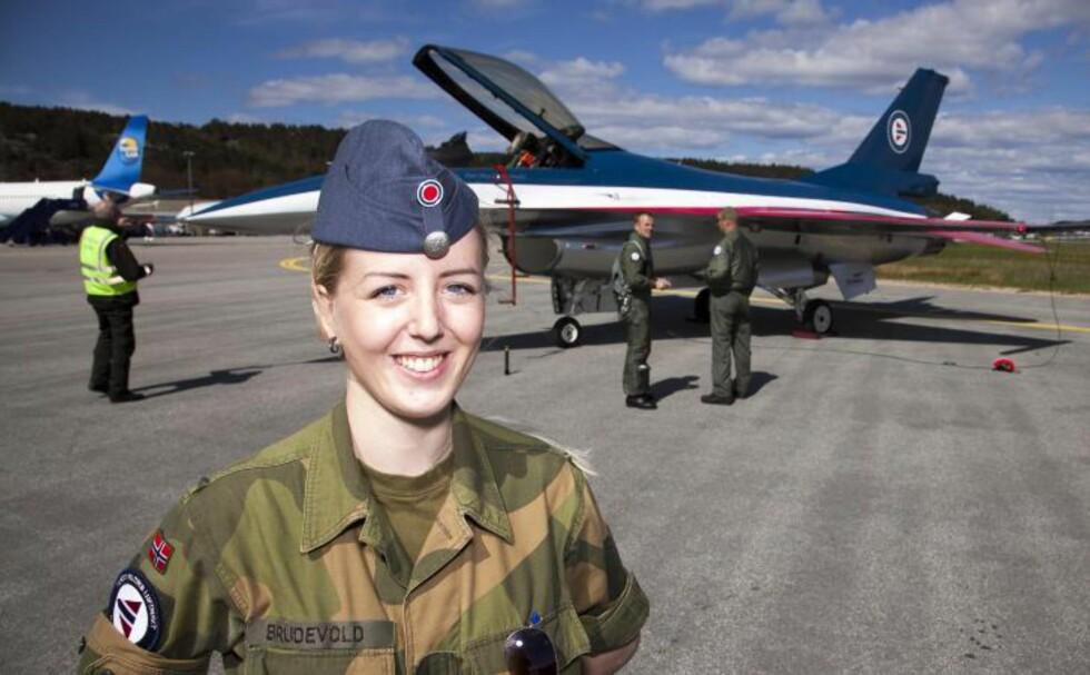 DESIGNET: Grenader Marie Brudevold fra Fredrikstad fikk lov til å spesialdesigne farger og mønster på oppvisningsflyet til major Eskil Amdal i forbindelse med 100 år med Norsk Militær Luftmakt. Foto: Per Flåthe/Dagbladet