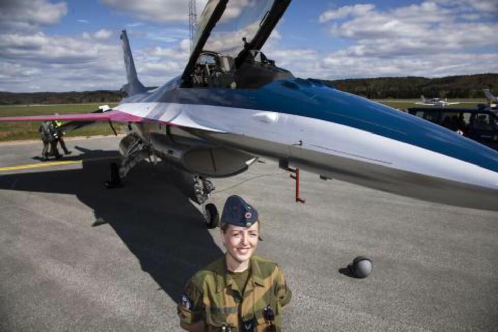 20120512: Grenader Marie Brudevold fra Fredrikstad fikk lov til å spesialdesigne farger og mønster på oppvisningsflyet til major Eskil Amdal i forbindelse med 100 år med Norsk Militær Luftmakt. Foto: Per Flåthe/Dagbladet