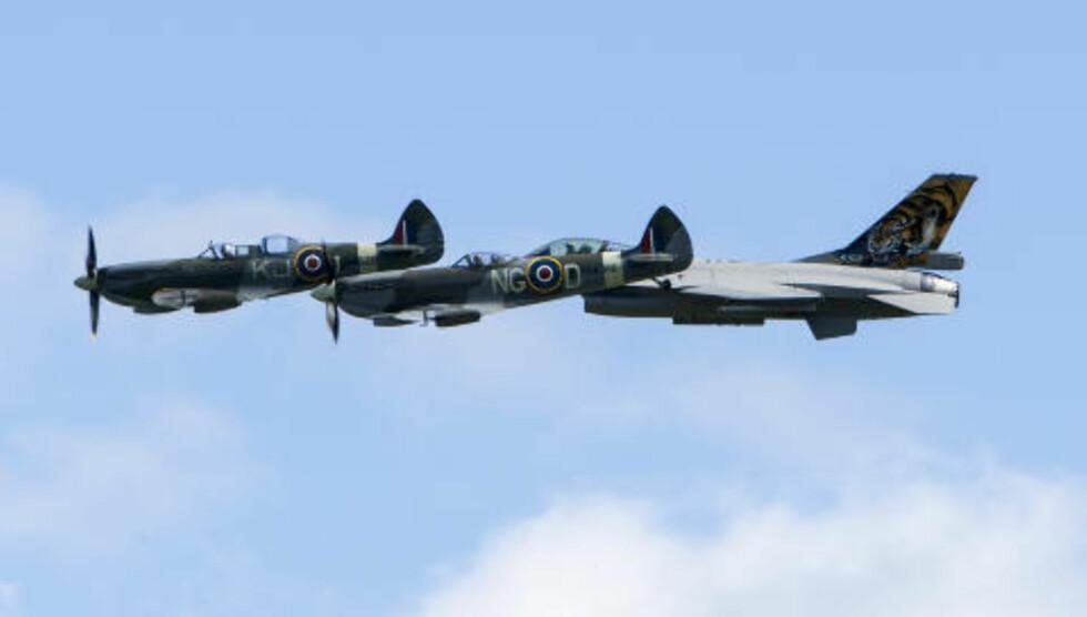 FORMASJON: to Spitfirer og en F16 i formasjon. Foto: Per Flåthe/Dagbladet