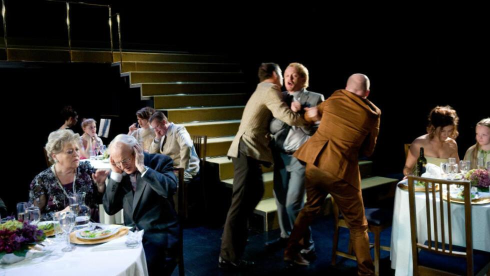 DET BLIR I FAMILIEN: Teaterversjonen av «Festen» er filmens mer unnvikende tvilling. Foto: Marit Anna Evanger, Rogaland Teater