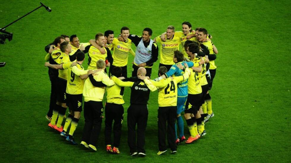 FEIRET: Dortmund-spillerne feirer etter at cupgullet var sikret. Foto: EPA / Hannibal Hanschke / NTB Scanpix