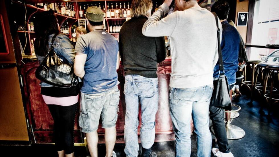 FRI FLYT: Bartenderne er ikke flinke nok til å nekte overstadig berusede servering, hevder en ny undersøkelse. Baren har ikke noe med funnene å gjøre. Illustrasjonsfoto: Thomas Rasmus Skaug  / Dagbladet