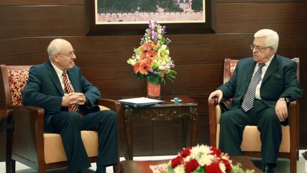 I MØTE: Palestinernes president Mahmoud Abbas sammen med den israelske utsendingen Yitzhak Molcho (t.v.). Nå har Abbas og Israels statsminister kommet med en felles uttalelse. Foto: EPA/NTB Scanpix