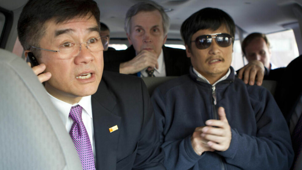 STAKK AV: Den kinesiske aktivisten Chen Guangcheng mener at nevøen hans, som er pågrepet og mistenkt for drapsforsøk, blir straffet av myndighetene for at han selv stakk av fra husarrest. Her er han i en bil med USAs ambassadør Gary Locke. Foto: Reuters/NTB Scanpix