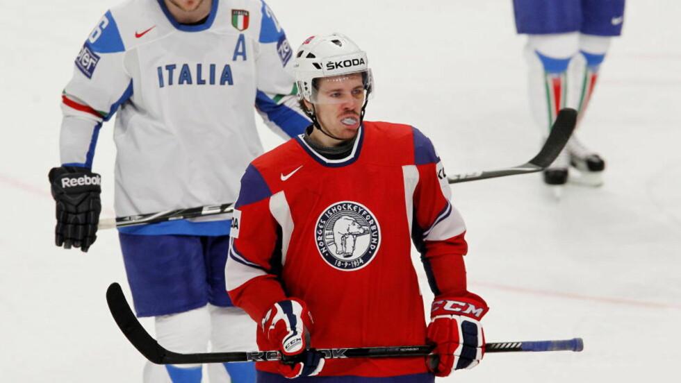 HJERNERYSTELSE: Kristian Forsberg er ennå ikke spilleklar etter smellen han fikk mot Italia og står over kampen mot Tyskland i ishockey-VM søndag. Foto: Håkon Mosvold Larsen / NTB scanpix