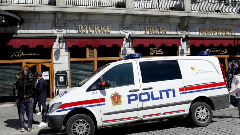 VÆPNET RAN:  Urmaker Bjerke i Karl Johans gate ved Grand Hotel ble ranet lørdag formiddag. To eller tre personer truet betjeningen med brekkjern i tillegg til at de hadde pistol. Nå er en svensk person pågrepet og siktet. Foto: Marianne Løvland / NTB scanpix