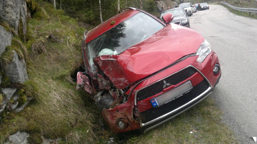 TIL SJUKEHUS:  Føreren av bilen, en kvinne på 39 år, er ble fløyet til sjukehus med lettere skader i kveld. Foto: Elisabeth Grosvold
