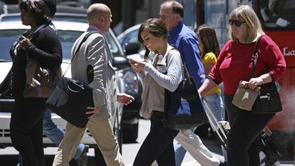 FORBUDT: I New Jersey har det nå blitt forbudt å skrive tekstmelding og krysse gata samtidig. Etter flere ulykker har politiet nå valgt å gi ut bøter til «tekstere». Boten er på 85 dollar (480 kroner). Foto: Ben Margot / AP Photo / Scanpix