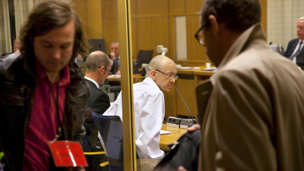 TILTALT: Peter Mangs (i midten) tar plass i rettssalen ved åpningen av drapssaken i Malmø mandag. Foto: Stig Åke Jønsson / NTB scanpix